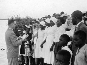 Mission worker Warren Metzler with a baptism class in Kingston Harbour, Jamaica, in 1957. VMC Archives